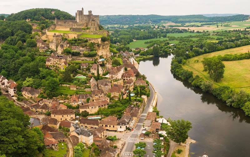 Расположена на юго-западе Франции